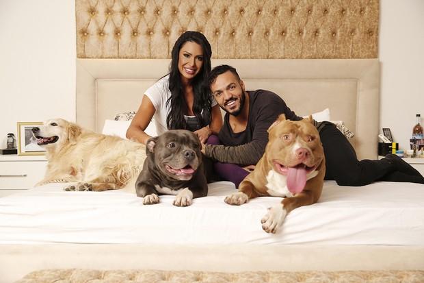 Belo, Gracyanne e alguns dos cachorros do casal (Foto: Reprodução)