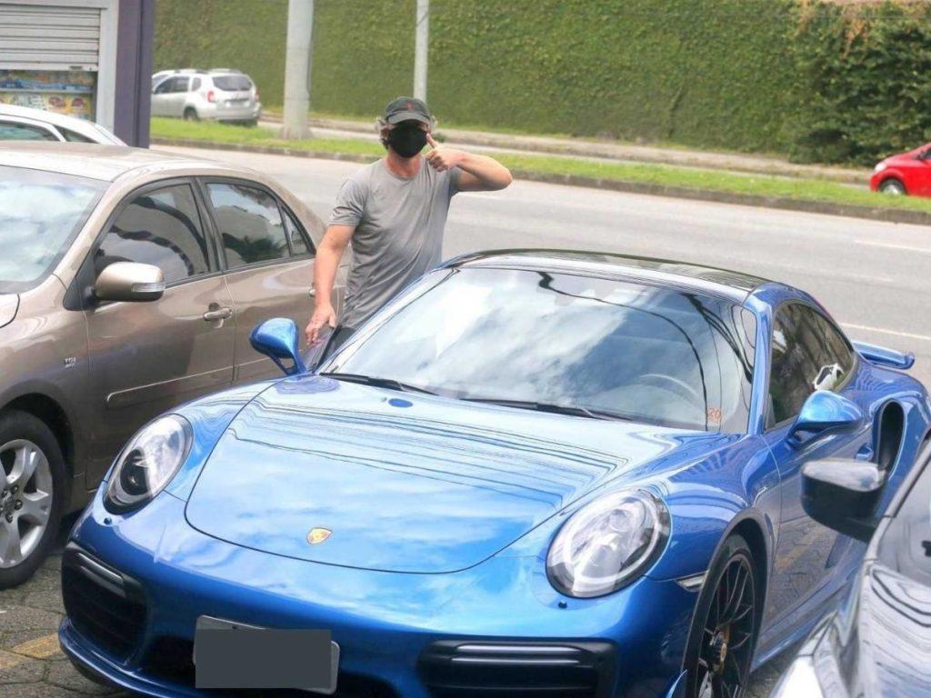 Boninho sai para fazer compras e é flagrado com carro milionário nas ruas do Rio de Janeiro (Foto: AgNews)