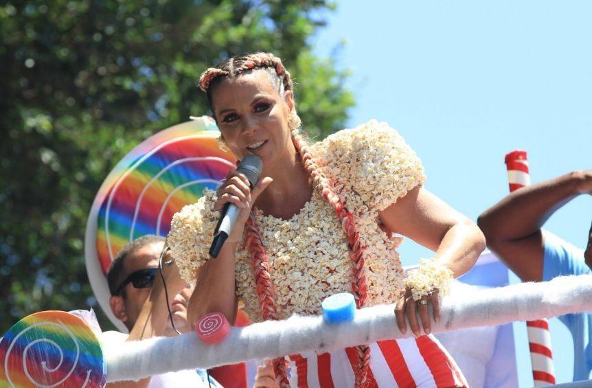 A atriz em seu bloco Algodão Doce (Foto: reprodução)