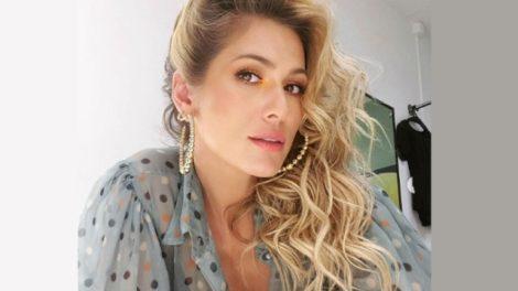 Lívia Andrade surgiu fumando ao som de música sobre traição (Foto: Reprodução)