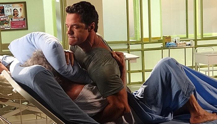 Ferdinand (Carlos Machado) sufoca Pereirinha (José Mayer) após descobrir farsa em Fina Estampa (Foto: Divulgação/Globo)