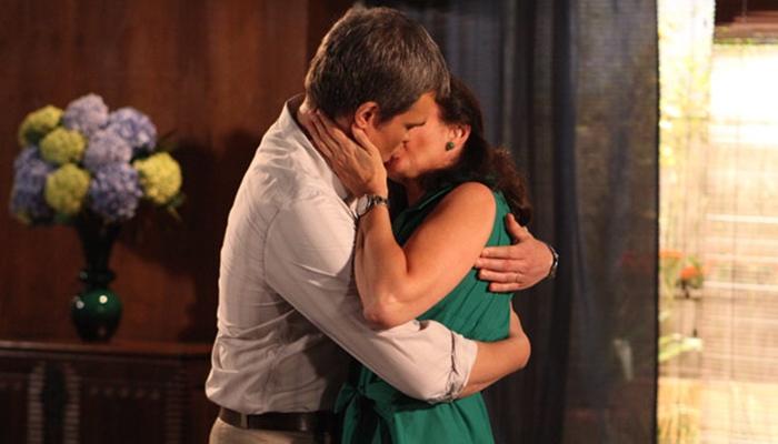René (Dalton Vigh) e Griselda (Lilia Cabral) aos beijos em Fina Estampa (Foto: Divulgação/Globo)