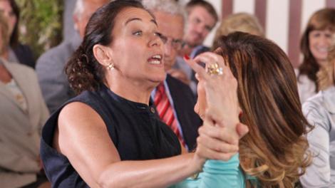 Lilia Cabral (Griselda) e Christiane Torloni (Tereza Cristina) em cena de surra em Fina Estampa que sofreu cortes da Globo (Foto: Divulgação/Globo)