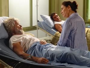 Pereirinha (José Mayer) mente para Griselda (Lilia Cabral) em Fina Estampa (Foto: Divulgação/Globo)