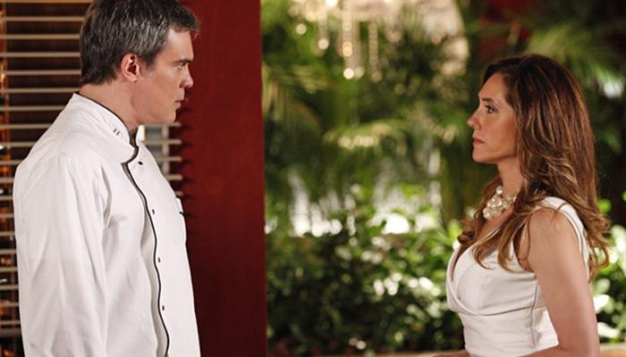 René (Dalton Vigh) é escorraçado do restaurante por Tereza Cristina (Christiane Torloni) em Fina Estampa (Foto: Divulgação/Globo)