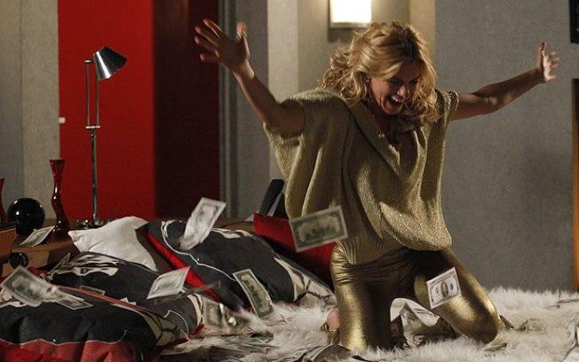 Teodora termina Fina Estampa rica após conseguir vender o tesouro do Chines (Imagem: Globo)