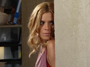 Teodora (Carolina Dieckmann) flagra os dois juntos em Fina Estampa (Foto: Divulgação/Globo)