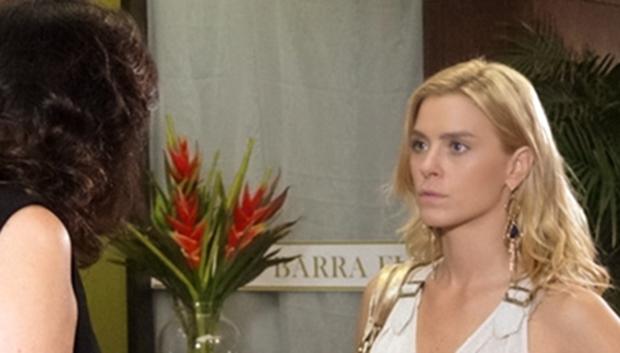 Griselda (Lilia Cabral) humilha Teodora (Carolina Dieckmann) em Fina Estampa (Foto: Divulgação/Globo)