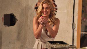 Teodora (Carolina Dieckmann) encontra tesouro e passa a perna em Pereirinha (José Mayer) em Fina Estampa (Foto: Divulgação/Globo)