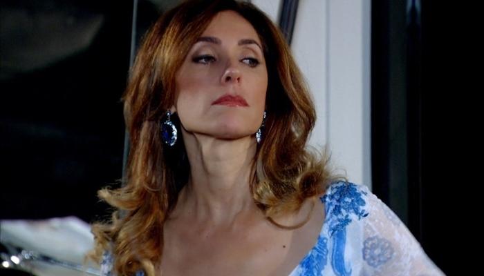 Tereza Cristina (Christiane Torloni) manda atear fogo na casa da rival em Fina Estampa (Foto: Reprodução/Globo)