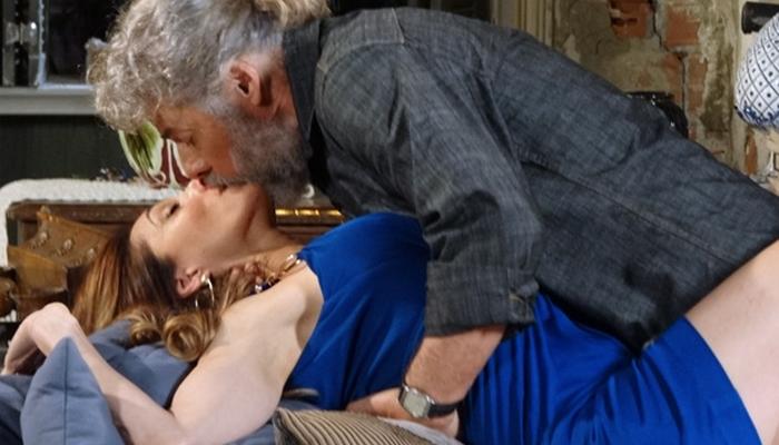 Tereza Cristina (Christiane Torloni) vai para a cama com Pereirinha (José Mayer) em Fina Estampa (Foto: Divulgação/Globo)