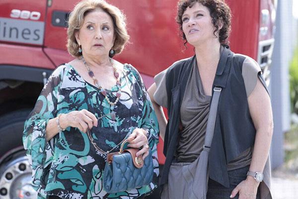 Em Fina Estampa, Tia Íris e Alice terminam juntas depois de comprarem um caminhão (Imagem: Globo)