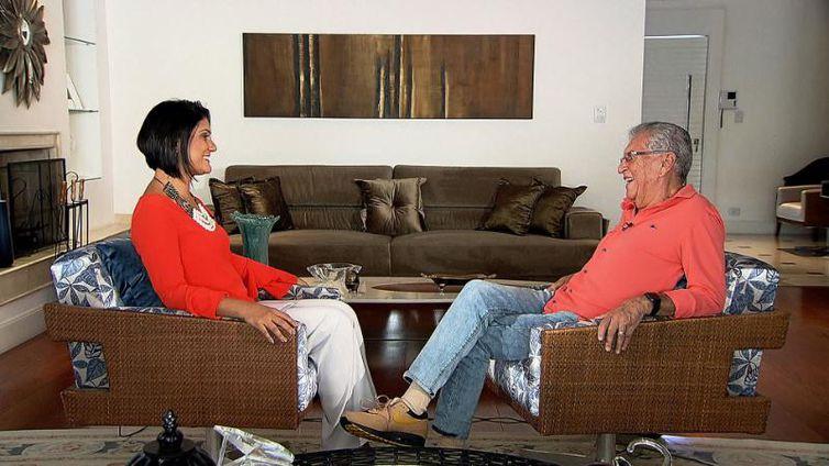 Roseann Kennedy entrevista o apresentador Carlos Alberto de Nóbrega( Imagem: Divulgação/TV Brasil)