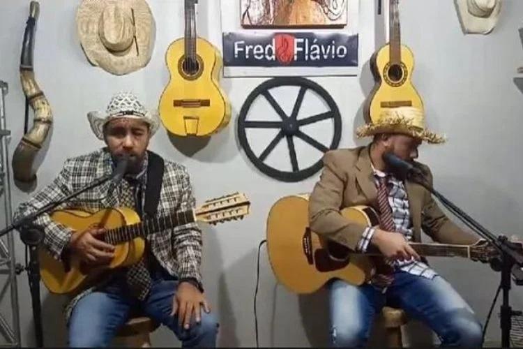 Fred(a esquerda), da dupla com Flávio, morreu de infarto horas após live (Foto: reprodução)