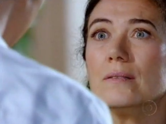 Griselda escuta declaração de Renê assustada em cena de Fina Estampa