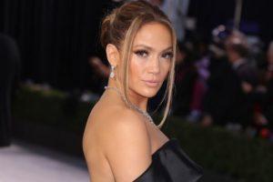 Jennifer Lopez tem passado relembrado em vídeo e diferença no visual é clara (Foto: Reprodução)