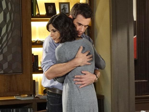 Juan abraça Chiara em cena de Fina Estampa