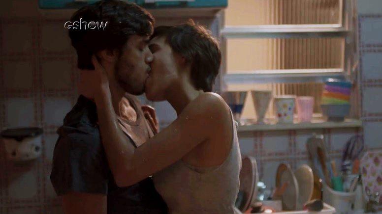 Leila parte para cima e beija Jonatas na trama de Totalmente Demais