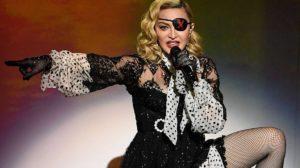 Madonna surge sem sutiã e divide à web (Foto: Reprodução)