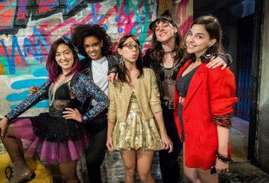 Keyla ( Gabriela Medvedovsk ), Benê ( Daphne Bozaski ), Ellen ( Heslaine Vieira ), Lica ( Maonela Alipert ) e Tina ( Ana Hikari ) com as roupas dos aos 80 na Balada que vai rolar em Malhação