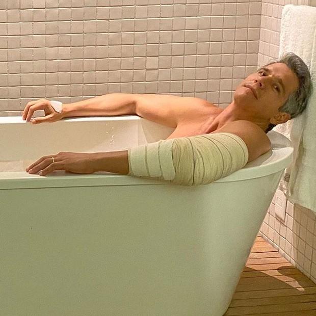 Marcio Garcia posou, aparentemente nu, em foto na banheira (Reprodução)