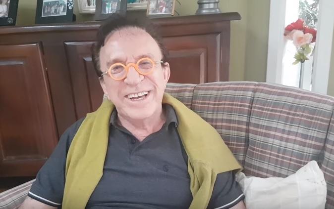O artista agora comanda um canal no Youtube onde faz frequentes lives (Foto: reprodução)
