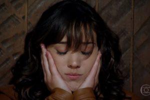 Patrícia sofre com as mãos no rosto e de olhos fechados