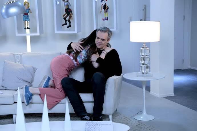 Pendleton recebe abraço carinhoso de Poliana na novela As Aventuras de Poliana