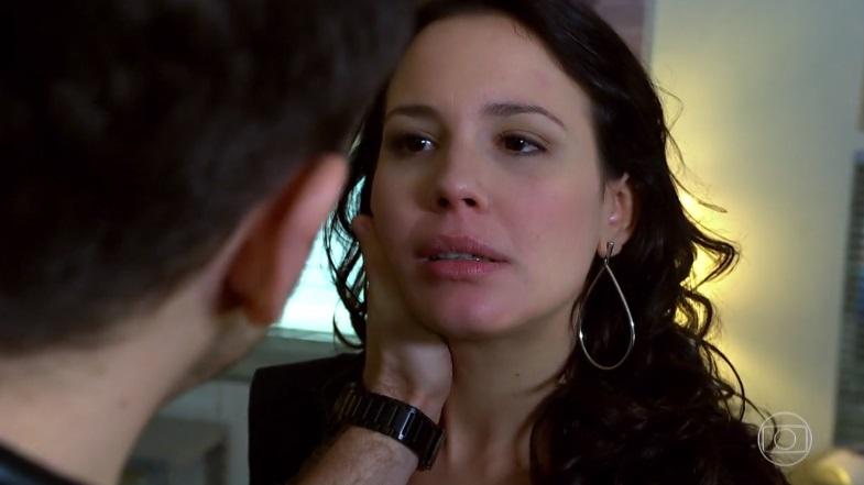Zuleika beija e se entrega para Rafael em cena de Fina Estampa