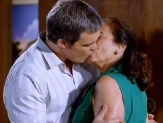 Renê beija Griselda em Fina Estampa