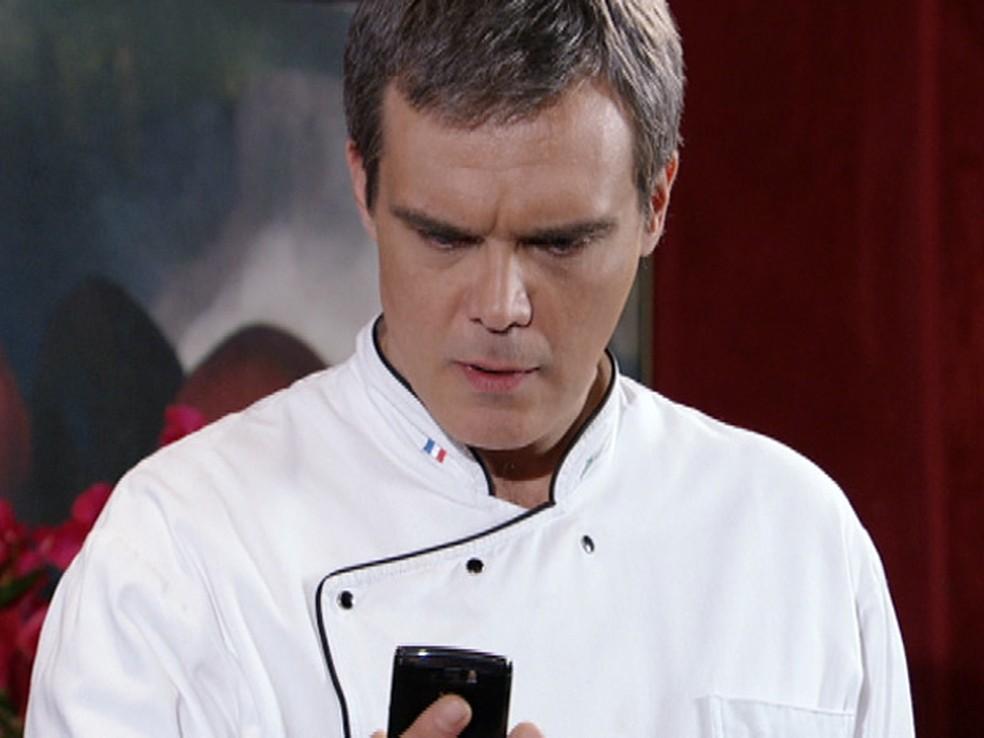 Renê vê sua foto no celular de Íris em Fina Estampa