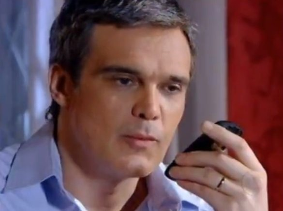 René liga para Griselda na novela Fina Estampa