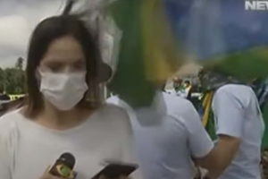 Uma repórter da Band foi agredida ao vivo em manifestação - Foto: Reprodução