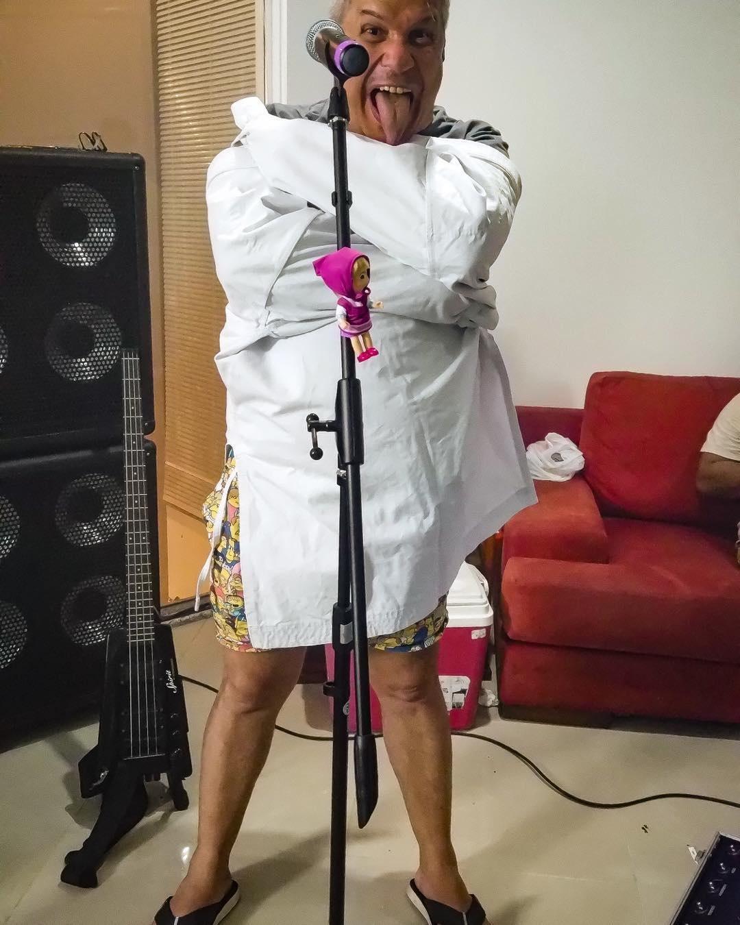 Sikêra Jr. em um clique com roupas hospitalares (Foto: reprodução/Instagram)