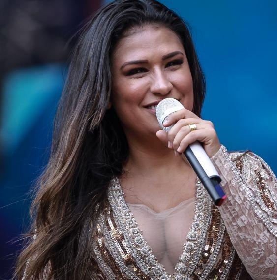 A cantora em um dos shows da dupla (Foto: reprodução)