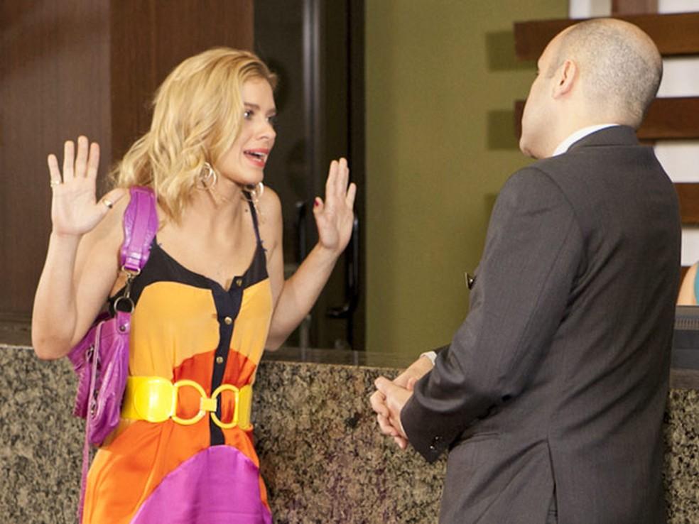 Teodora volta atrás e pede emprego em hotel de luxo em Fina Estampa