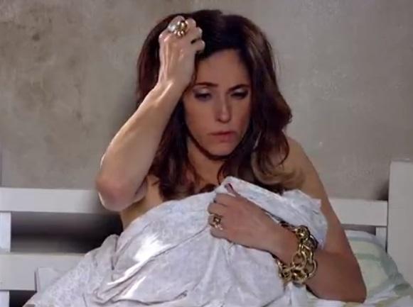 Tereza Cristina acorda desorientada na cama de Pereirinha em Fina Estampa