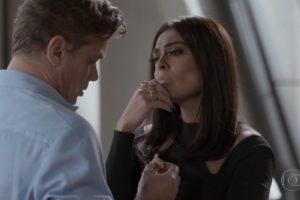 Carolina avalia Arthur com a mão no rosto em cena da novela Totalmente Demais