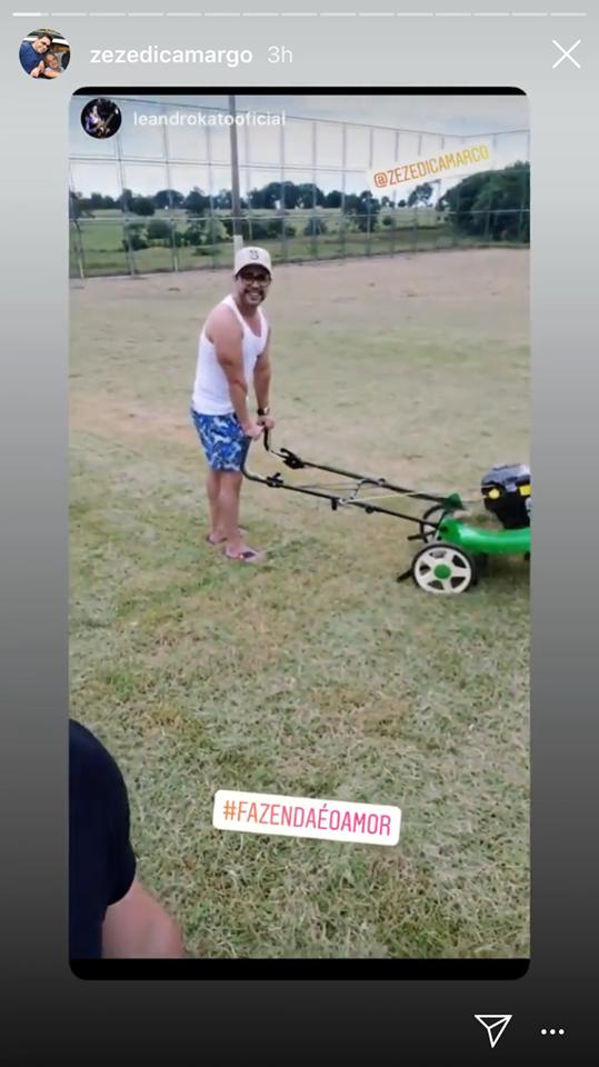 """Zezé Di Camargo está aproveitando a quarentena para aparar a grama do campo de futebol de sua fazenda: """"hoje tem!"""" (Imagem: Instagram)"""