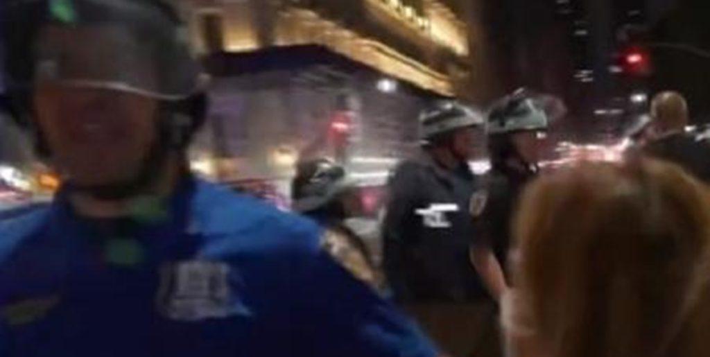 Policial empurrou repórter ao vivo na TV (Foto: Reprodução)