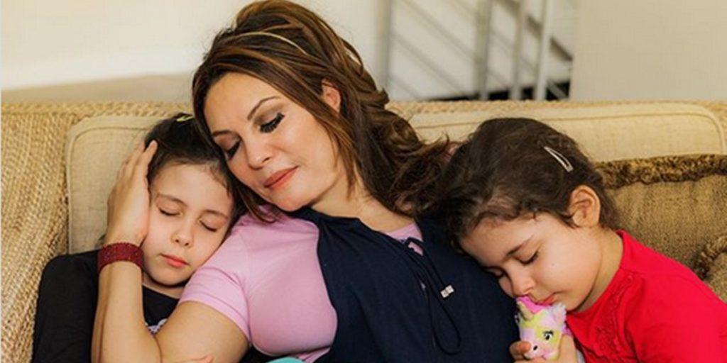 Márcia Goldschmidt ao lado das filhas Yanne e Victoria (Foto: Reprodução)