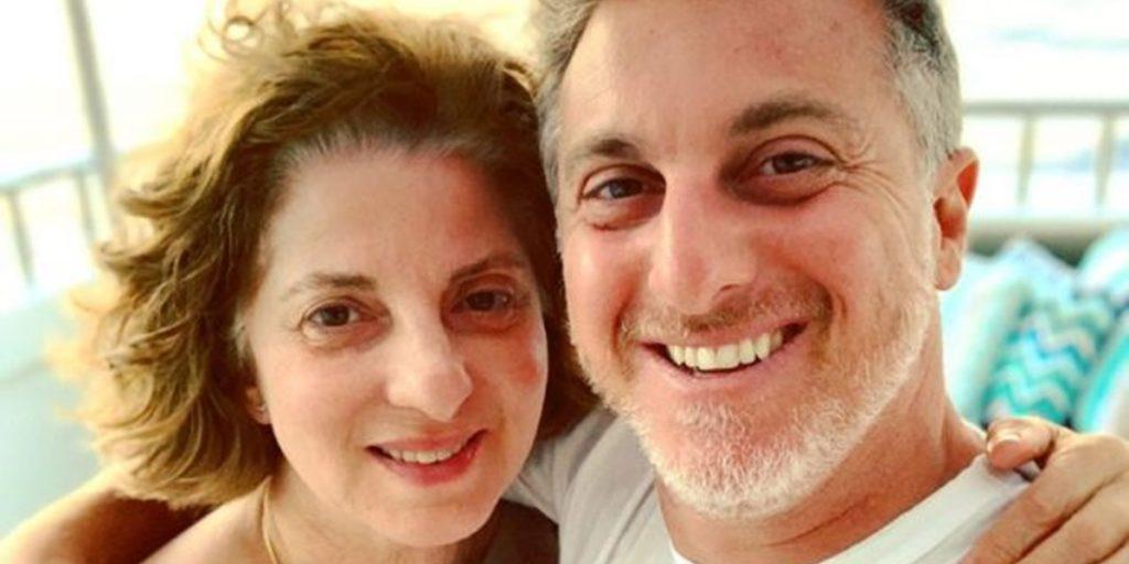 Luciano Huck ao lado da mãe, Marta Grostein (Foto: Reprodução)