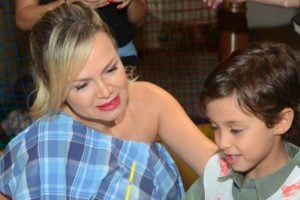 Eliana ao lado do filho mais novo, Arthur - Foto: Reprodução
