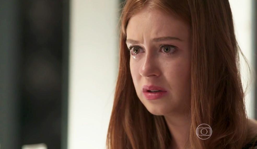 Eliza chora com as palavras de Carolina em Totalmente Demais