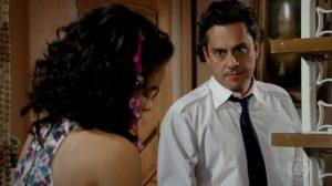 Baltazar (Alexandre Nero) terá ataque de fúria ao ver a filha aos beijos com namorado em Fina Estampa (Foto: Reprodução/Globo)
