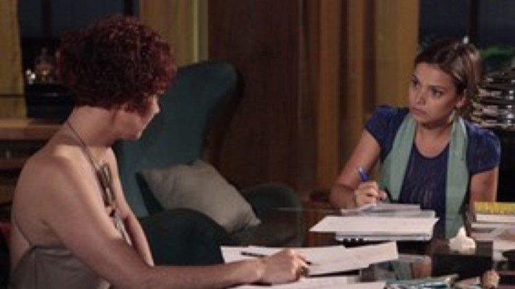 Esther aceita a proposta de Vanessa para voltar a desenhar para a Fio Carioca (Imagem: Globo)