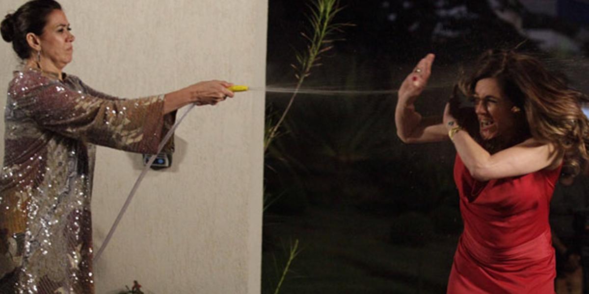 Griselda (Lilia Cabral) dá banho em Tereza Cristina (Christiane Torloni) em Fina Estampa (Foto: Divulgação/Globo)