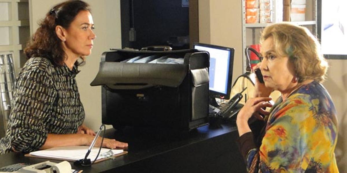 Griselda (Lilia Cabral) oferece fortuna à Íris (Eva Wilma) pelo segredo de Tereza Cristina (Christiane Torloni) em Fina Estampa (Foto: Divulgação/Globo)