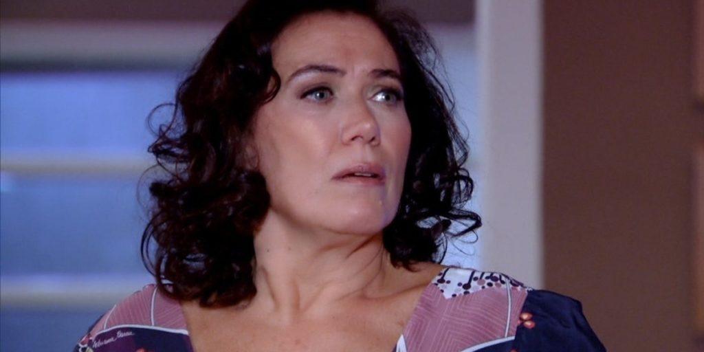 Griselda (Lilia Cabral) ficará em choque ao saber da morte de Amália (Sophie Charlotte) em Fina Estampa (Foto: Reprodução/Globo)