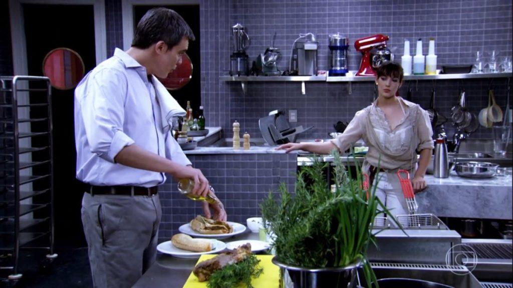 René cozinha para a filha em cena de Fina Estampa